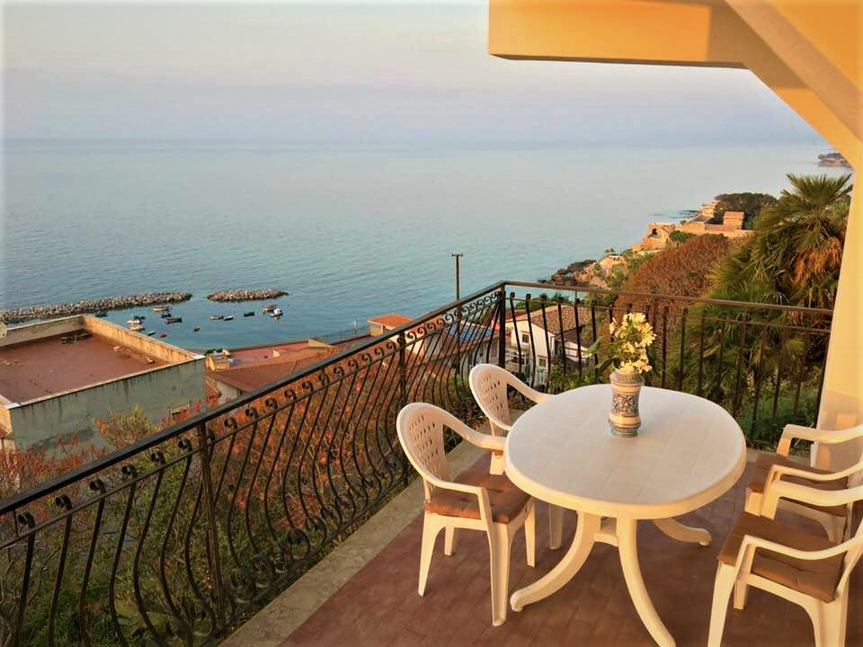 Sea view apartment in villa